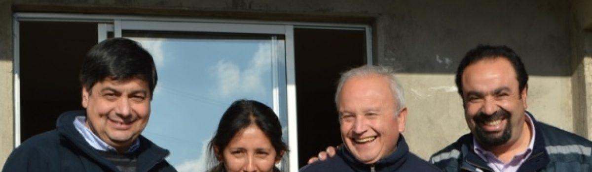 Hasta el Rincón de La Higuera llegó el director del Serviu, Víctor Cárdenas, y sus equipos para constatar el término de obras de tres casas del Programa de Vivienda Tipo.